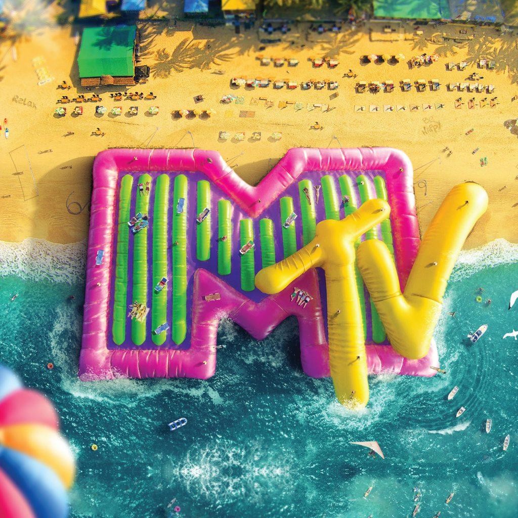 Reklama MTV na plaży. Ogromne dmuchane logo MTV